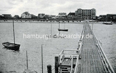 Altes Foto von Duhnen an der Nordsee - Blick von der Badebrücke zur Strandpromenade - Segelboote liegen vor Anker.