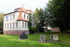Verwaltungsgebäude / Katasteramt in Otterndorf - davor Kunst im Öffentlichen Raum auf der Wiese.