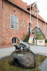 Historisches Rathaus von Otterndorf - im Vordergrund der Otterbrunnen.