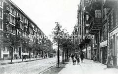 Hamburg Rothenburgsort damals: Stresowstraße mit Wohnhäusern und Geschäften, Kinder auf dem Bürgersteig.