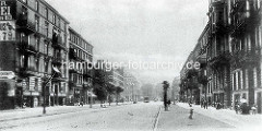 Hamburg Rothenburgsort in der Vorkriegszeit: Mehrstöckige Gründerzeitgebäude, Wohnhäuser - Geschäfte im Erdgeschoss, Kinder spielen auf dem Fussweg.