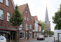 Marktstraße von Otterndorf - Wohnhäuser / Geschäftshäuser mit Einzelhandel, Kirchturm der St. Severi Kirche.