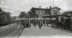 Altes Bild vom Klostertor-Bahnhof in Hamburg; Passagiere warten auf dem Bahnsteig - Lokomotive mit Waggons, wartende Pferdedroschken.