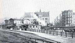 Historische Ansicht vom Klostertor-Bahnhof in Hamburg - Blick über die Gleisanlagen zum Empfangsgebäude, dahinter das Postgebäude am Hühnerposten.