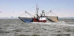 Fischkutter mit Netzen auf der Nordsee vor Cuxhaven.