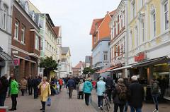 Fussgängerzone mit historischen Geschäftshäusern - Nordersteinstraße in Cuxhaven.