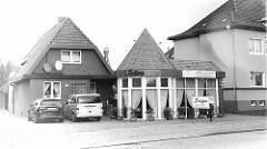 Architektur der 1970er Jahre - Wohnhaus / Restaurant, Imbiss mit turmartiger Rotunde - Brockeswalder Chaussee in Cuxhaven.
