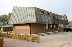 Wohnhaus mit Kupferdach - Balkon mit Kupfer verkleidet, kleine Dachfenster - Architektur der 1970er Jahre / Duhnen, Cuxhaven.