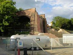 Baustelle zum Elbberg campus an der Großen Elbstraße in Hamburg Altona / Teilabriss der Brücke über die Schellfischbahn am Elbberg.