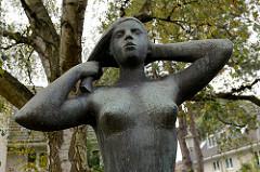 Grünanlage, Wiese in der Abendrothstraße / Cuxhaven; Skulptur Mädchen, Bildhauer Karl Wenke.