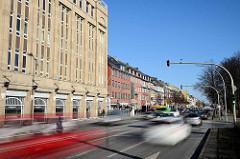 Schnell fliessender Straßenverkehr in der Wandsbeker Marktstraße in Hamburg Wandsbek - Geschäftsstraße mit Einkaufszentrum und Läden; lks. das Karstadtgebäude - errichtet 1922 nach den Plänen  des Regierungsbaumeisters C. G. Bensel.