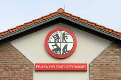 Giebel der Feuerwehr Stadt Otterndorf - Logo mit Rettungsymbolen, Arbeit der Feuerwehr.