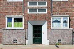 Backsteinarchitektur / Eingang der 1930er Jahre, Wohnblocks im Weidenbaumsweg in Hamburg Bergedorf.