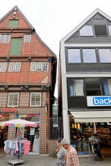 Alt + Neu; historisches Fachwerkgiebelhaus aus dem 18. Jahrhundert und Geschäftshaus / moderne Architektur - Bilder aus dem Hamburger Stadtteil Bergedorf