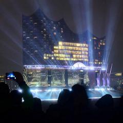 Tag der Eröffnung der Elbphilharmonie in der Hamburger Hafencity - 11. Januar 2017; Die Musik, die im Großen Saal erklingt, wird in Echtzeit in Farben und Formen übersetzt und mit Laser auf die Fassade des Gebäudes projiziert.