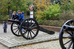 Kanonen beim Eingang zum Schloßpark / Schloß Ritzebüttel in Cuxhaven. Das Schloss Ritzebüttel  war der Wohnsitz der Hamburger Amtmänner während der Zeit der Zugehörigkeit Ritzebüttels zu Hamburg; das Schloss stammt zum Teil aus dem 14. Jahrhundert.