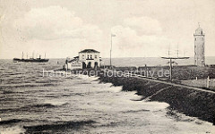 Altes Bild der Deichanlage am Hafen von Cuxhaven - Leuchtturm und Schiffe / Segelschiff und Dampfschiff auf der Elbe.