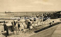 Altes Bild von Duhnen - Nordseestrand, Sandstrand mit Strandkörben am Deich - im Hintergrund die ca. 200m lange Badebrücke mit Badeanstalt und Restaurant.
