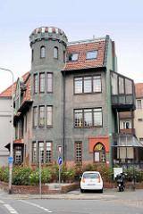 Wohnhaus mit Zinnenturm - angebaute Loggia / verglaste Balkons; Konrad Adenauer Straße in Cuxhaven.