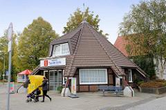 Tourist-Info / Cux-Tourismus - Pavillon mit tief herunter gezogenem Dach - Heinrich Grube Weg / Cuxhaven.