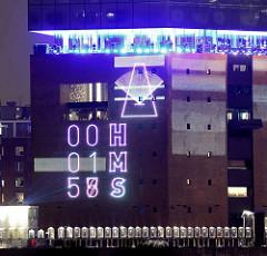 Tag der Eröffnung der Elbphilharmonie in der Hamburger Hafencity - 11. Januar 2017; die Zeit bis zur Eröffnung wird in Stunden, Minuten, Sekunden an die Wand gestrahlt - sich bewegendes Metronom.