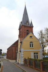 Gärtnerhaus / ehem. Offiziershaus am Eingang zum Schloß Ritzebüttel in Cuxhaven. Im Hintergrund die Martinskirche, erbaut 1816 -19