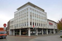 Mehrstöckige Verwaltungsarchitektur / Geschäftsgebäude in der Segelckestraße / Große Hardewiek in Cuxhaven  - Betonpfeiler und gelbe Klinkerfassade.