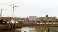 scan-deichtor_2001 Blick über den Ericusgraben zum Oberhafenkanal / Deichtorhallen; lks. Wohnmobile auf der Ericusspitze - Baukräne an der Baustelle für das Hamburger Deichtor-Center