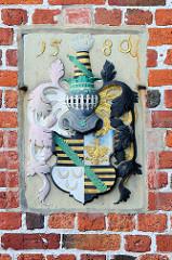 Herzogliches Wappen mit Jahreszahl 1580 an der Fassade vom Rathaus in Otterndorf.