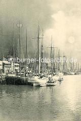 Fischereihafen in Cuxhaven - altes Bild mit Segelschiffen am Kai, Nachtaufnahme.
