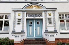 Hauseingang mit gold-abgesetzen Zierelementen - Wohn- gewerbehaus im Westerwischweg / Cuxhaven.