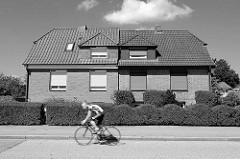 Doppelhaus in der Randersweide, Hamburg Bergedorf - unterschiedliche Hecken, Fahrradfahrer in Schwarz Weiß.