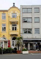 Alt + Neu; historische Bäderarchitektur mit farbig abgesetzter Fassade / Jugendstil - schlichter Kastenbau mit Ziegelverblendung - Souvenirshop in Duhnen / Cuxhaven.