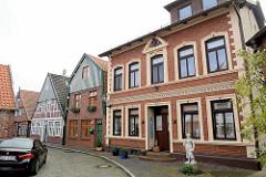 Gasse mit Kopfsteinpflaster - historische Wohnhäuser in Otterndorf.