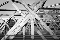 Stahlträger / Nieten - Konstruktion der Baakenbrücke über den Magdeburger Hafen in der Hamburger Hafencity.