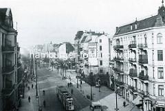 Altes Bild von der Wandsbeker Chaussee - mehrstöckige Wohnhäuser mit Läden; Straßenbahn in Fahrt.