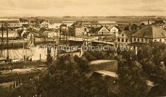 Historische Luftansicht vom Hafengebiet in Cuxhaven - Segelschiffe / Fischkutter am Kai.