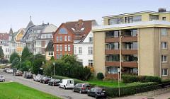 Wohnhäuser in unterschiedlichen Architekturformen / Baustilen - mehrstöckige Gebäude mit Ferienwohnungen.