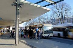 Busbahnhof am Wandsbeker Marktplatz im Hamburger Stadtteil Wandsbek.