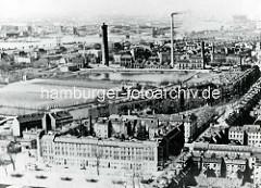 Hamburg Rothenburgsort historisch: Alte Luftaufnahme - Blick über den Vierländer Damm / Ausschläger Allee zu den Wasserwerken mit Wasserturm;  im Hintergrund die Norderelbe mit Elbbrücken.