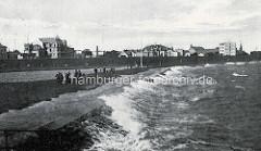 Historische Ansicht vom Elbufer bei Cuxhaven. Hohe Wellen  - Spaziergänger im Sturm, Häuser hinter dem Deich.