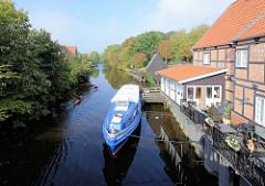 Anlegestelle mit Ausflugsschiff; hist. Fachwerkhaus mit Restaurant an der Medem in Otterndorf. Im Hintergrund der Nachbau vom Holzkran / Wellrad am Medemufer.