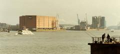 scan-kaispeicher-2001 Ansicht vom HHLA Kaispeicher am Kaiserhöft, lks. die Einfahrt zum Sandtorhafen, re. die vom Grasbrookhafen. Am Strandkai beginnt der Abriss vom Kraftwerk Hafen der Hamburger Electricitäts Werke, HEW.