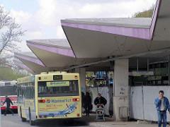 Überdachung vom alten Busbahnhof Wandsbeker Markt - Werbung auf dem Bus von der Telekommunikationfirma Hansenet. (ca. 2005)
