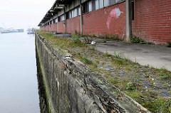 Meinkenkai am Alten Fischereihafen von Cuxhaven. Alte Kaimauer mit verrotteten Balken. Der Alte Fischereihafen wurde Anfang 2017 vom niedersächsischen Hafenbetreiber Niedersachsen Ports an die Cuxhavener Plambeck Holding verkauft.  Dieser Hafenbere