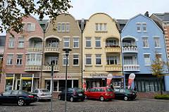 Historische mehrstöckige Wohnhäuser mit unterschiedlich farblich abgesetzter Fassade - Deichstraße in Cuxhaven.