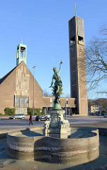 Christuskirche in Hamburg Wandsbek - geweiht 1954, Architekten Hopp & Jäger; im Vordergrund der Puvogelbrunnen, benannt nach dem ehem. Wandsbeker Bürgermeister - eingeweiht 1907 - Bildhauer Prof. Uechtritz.