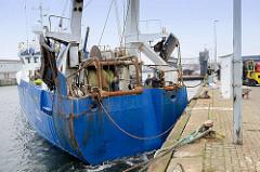 Ein Fischtrawler legt am Hansakai in Cuxhaven an.
