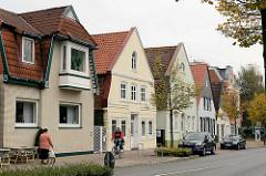 Wohnhäuser mit unterschiedlich gestalteten Fassaden - Südersteinstraße / Cuxhaven.