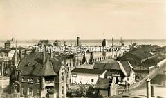 Historische Luftaufnahme vom Alten Hafen in Cuxhaven - Blick auf den Alten Leuchtturm und die Alte Liebe.
